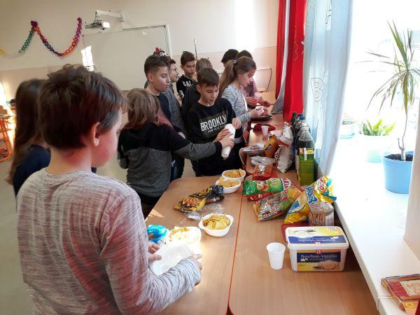 Prezeráte obrázky k článku: Vianočný večierok (VI. B)